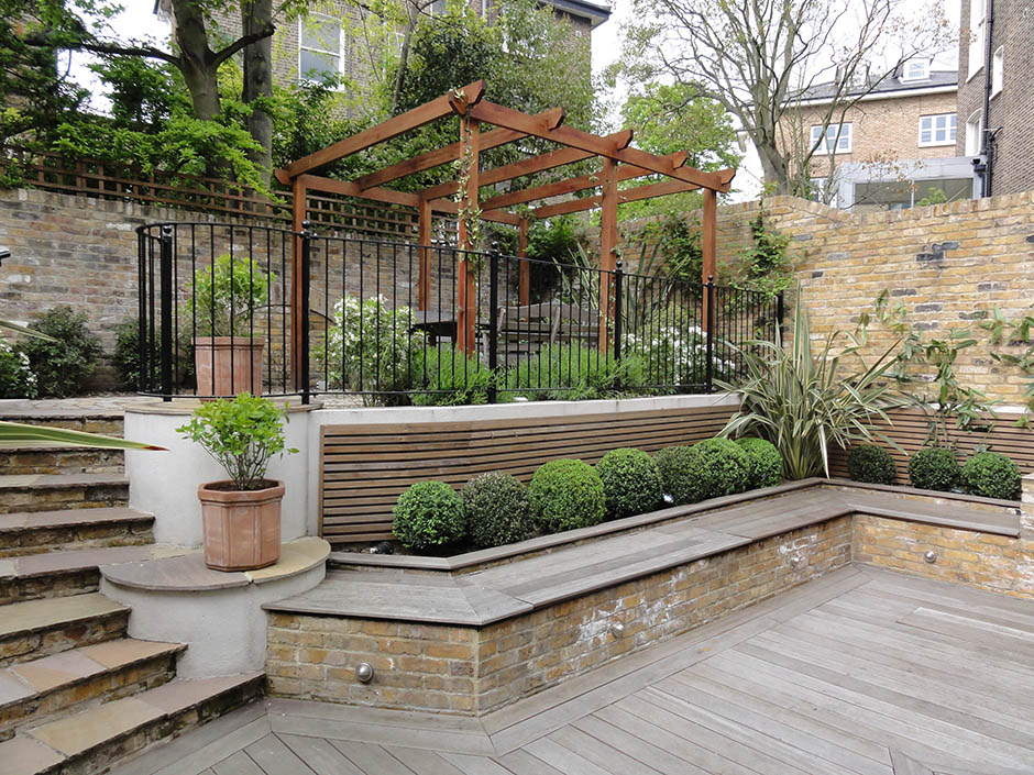 Striking courtyard garden jmorrisgardenservices for Creating a courtyard garden